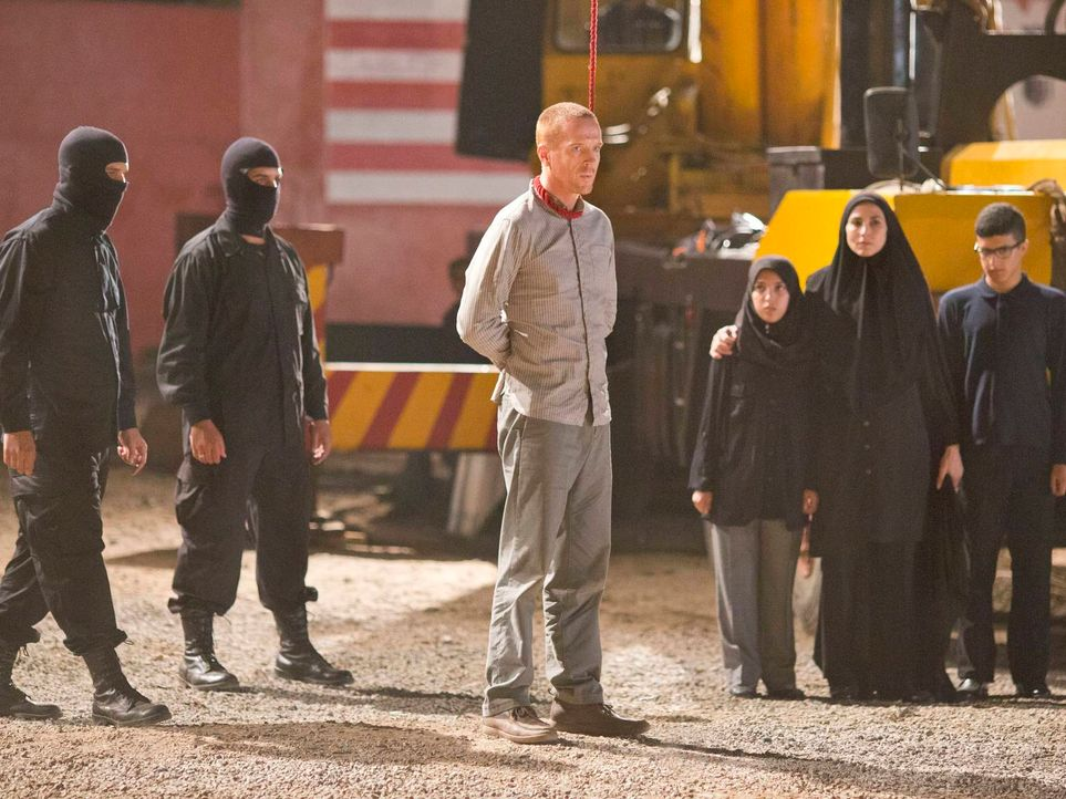 Brody (Damian Lewis, M.) hat Darish Akbari getötet und somit ist seine Mission gelungen. Gemeinsam mit Carrie will er in die USA reisen. Doch Lockha... - Bildquelle: 2013 Twentieth Century Fox Film Corporation. All rights reserved.