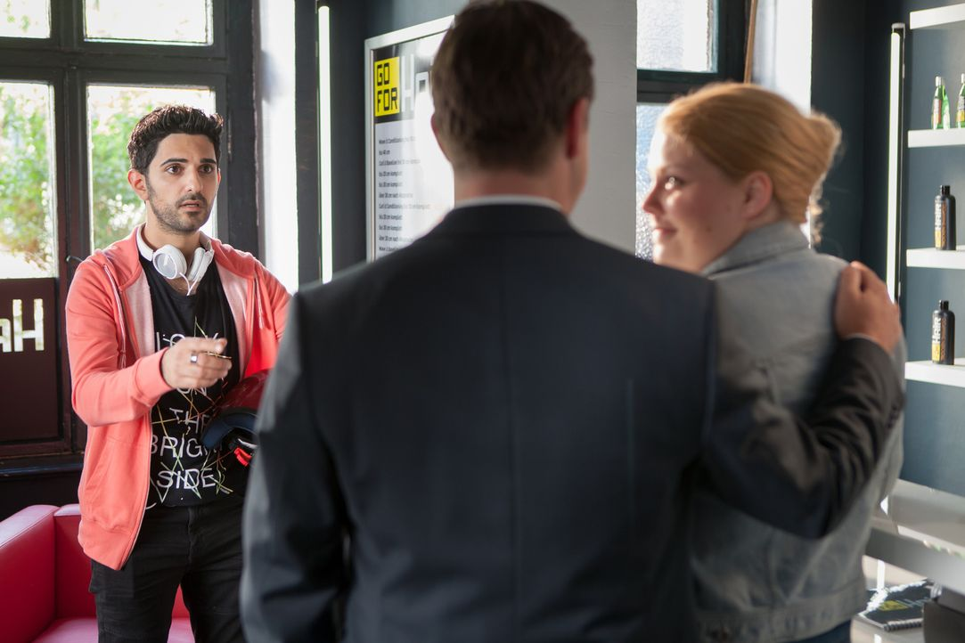 Als (v.l.n.r.) Karat (Reza Brojerdi) Alex (Florian Panzner) und Mandy (Christina Petersen) im Salon auf frischer Tat ertappt, kapiert er auch endlic... - Bildquelle: Conny Klein SAT.1