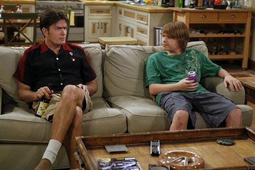 Two and a Half Men - Jake (Angus T. Jones, r.) hat seinen Lernführerschein un...