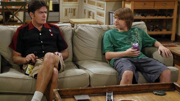 Jake (Angus T. Jones, r.) hat seinen Lernführerschein und braucht einen Erwac...