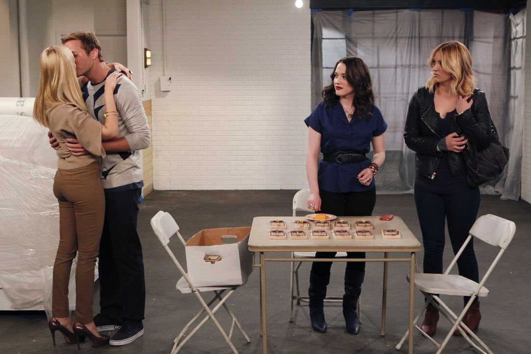 Während Max (Kat Dennings, 2.v.r.) und Molly (Natalie Cohen, r.) schwer am Arbeiten sind, hat Caroline (Beth Behrs, l.) nur Augen für den Candy An... - Bildquelle: Warner Brothers