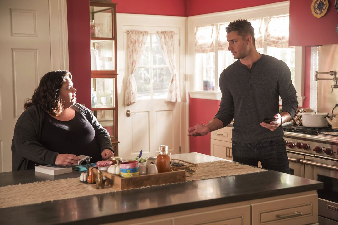 Nachdem Kate (Chrissy Metz, l.) erfahren hat, was an Thanksgiving vorgefallen ist, plant sie mit Kevin (Justin Hartley, r.) und Randall zur Familien... - Bildquelle: Ron Batzdorff 2016-2017 Twentieth Century Fox Film Corporation.  All rights reserved.   2017 NBCUniversal Media, LLC.  All rights reserved.