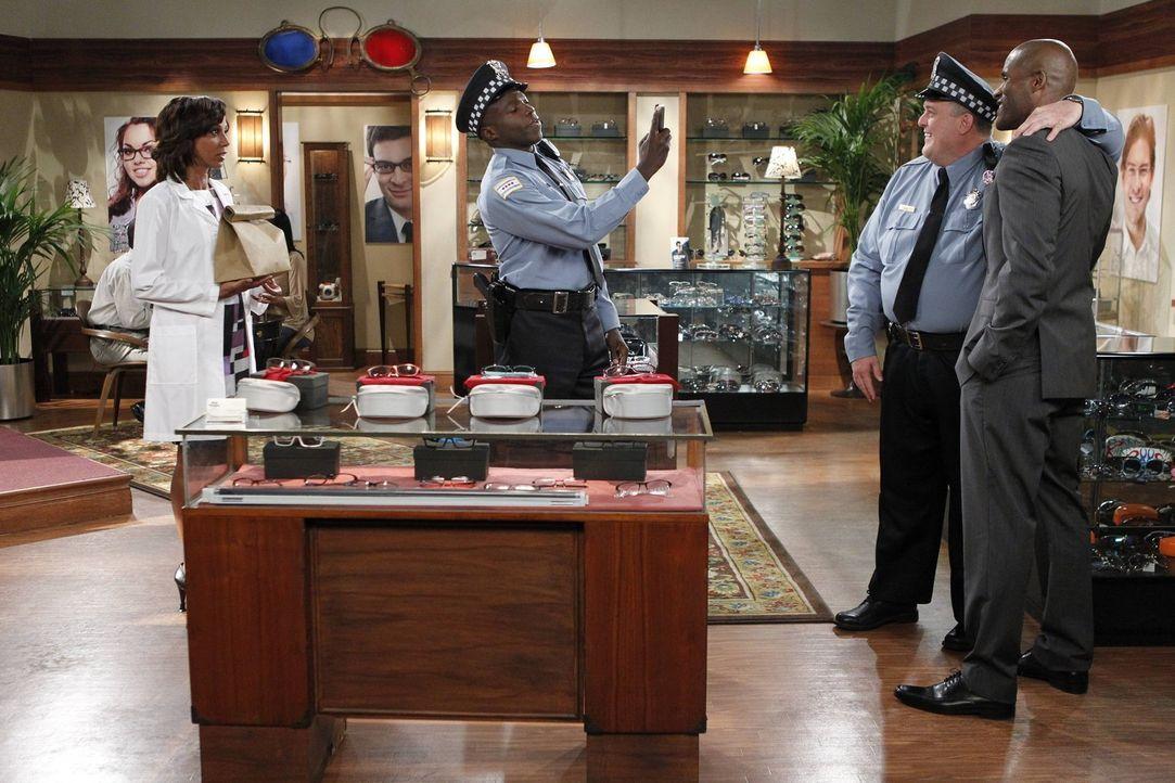 Während Molly schockiert ist, dass Mike (Billy Gardell, 2.v.r.) auf keinem Hochzeitsbild gut getroffen ist, steckt Carl (Reno Wilson, 2.v.l.) in ein... - Bildquelle: Warner Brothers