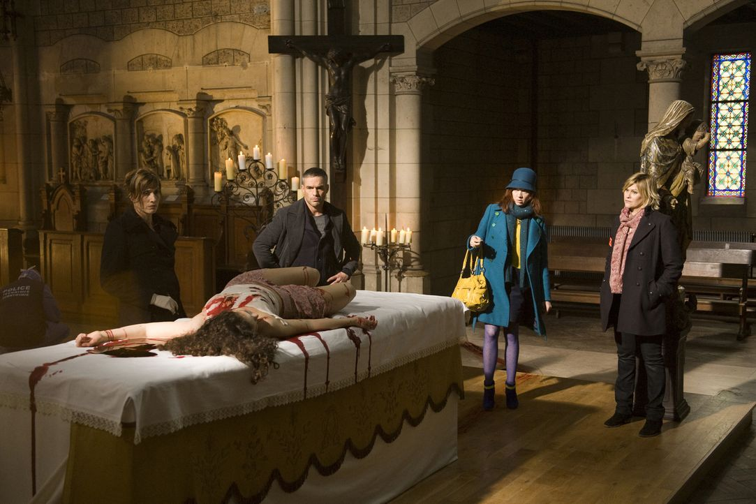 Der Mord an der jungen Maria (Darstellerin unbekannt), die mitten auf einem Altar getötet wurde, hält die Gerichtsmedizinerin (Valérie Dashwood, l.)... - Bildquelle: Jaïr Sfez 2012 BEAUBOURG AUDIOVISUEL