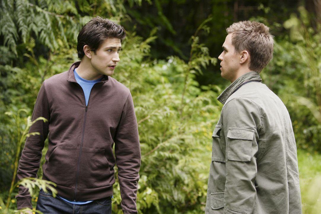 Declan (Chris Olivero, r.) und Kyle (Matt Dallas, l.) machen sich unverzüglich auf den Weg, um herauszufinden, was dort Geheimnisvolles verborgen s... - Bildquelle: TOUCHSTONE TELEVISION