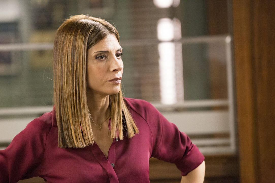 Captain Santiani (Callie Thorne) stellt die Loyalität ihres Teams in Frage, als zwei verurteilte Mörder aus dem Gefängnis ausbrechen ... - Bildquelle: 2015 Warner Bros. Entertainment, Inc.