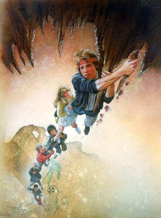 Die Goonies finden auf einem Dachboden eine vergilbte Landkarte, die den Weg zu dem Piratenschatz des Einäugigen Willy, beschreibt ... - Bildquelle: Warner Bros.