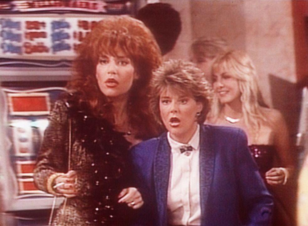 Peggy (Katey Sagal, l.) und Marcy (Amanda Bearse, r.) verspielen in Las Vegas innerhalb kürzester Zeit ihr gesamtes Geld. - Bildquelle: Sony Pictures Television International. All Rights Reserved.