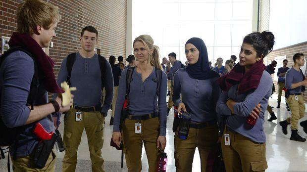 Eine gemischte Gruppe neuer Rekruten nimmt im FBI-Trainingslager in Quantico...