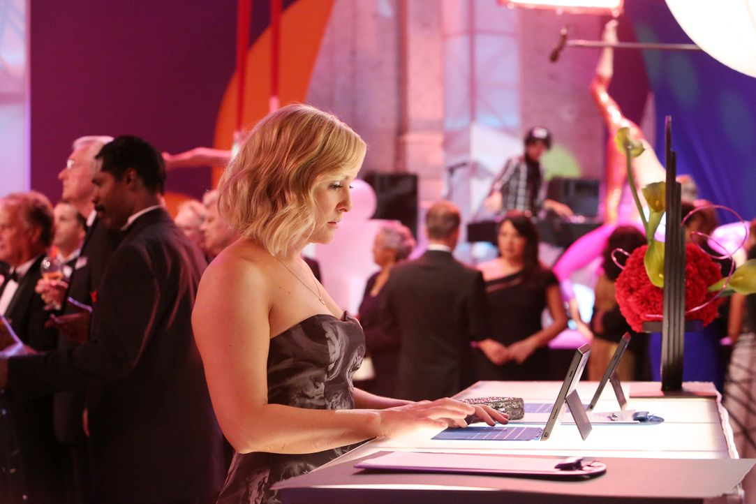 Auch Arizona (Jessica Capshaw) hat sich für die Spendengala herausgeputzt, doch ihr Besuch ist nicht von langer Dauer ... - Bildquelle: ABC Studios