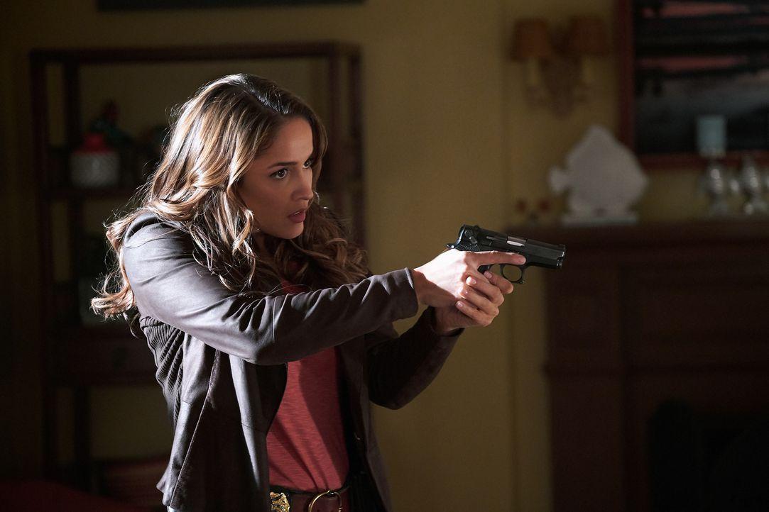 Noch ahnt Villa (Jaina Lee Ortiz) nicht, dass der vermeintliche Einbrecher einen starken Bezug zu ihr hat ... - Bildquelle: 2016-2017 Fox and its related entities. All rights reserved.