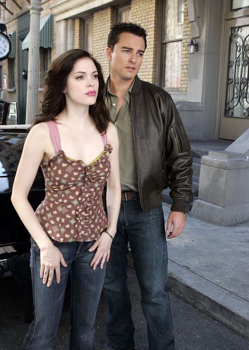 Durch ein Zauberbuch werden Paige (Rose McGowan, l.) und Brody (Kerr Smith, r.) in eine andere Zeit katapultiert ... - Bildquelle: Paramount Pictures