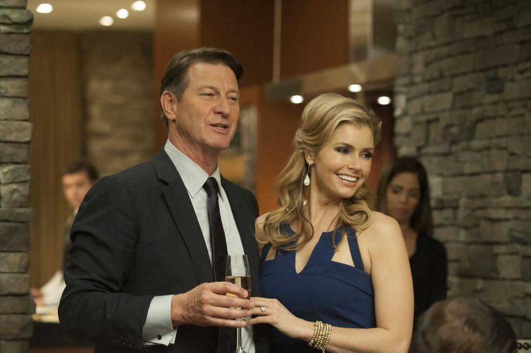 Während Adrian Rosie ein unmoralisches Angebot macht, geben Taylor (Brianna Brown, r.) und Michael (Brett Cullen, l.) eine ganz besondere Dinnerpart... - Bildquelle: ABC Studios