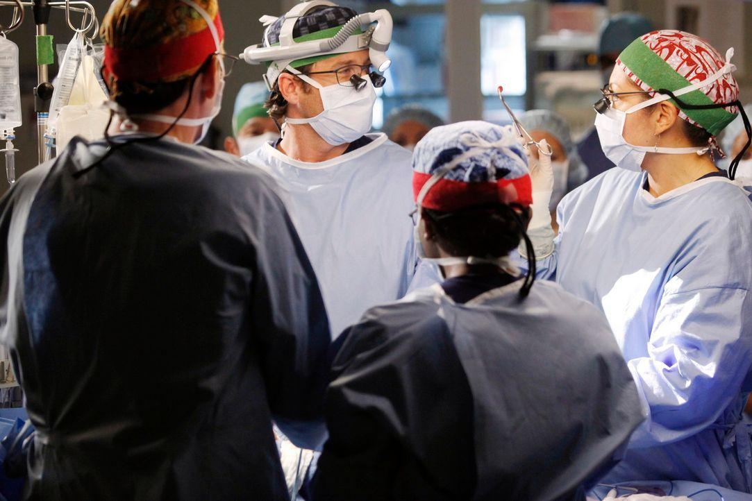 Die Trennung von Siamesischen Zwillingen hält das Team auf Trapp. Derek (Patrick Dempsey, 2.v.l.), Callie (Sara Ramirez, r.) und die restlichen Ärzt... - Bildquelle: ABC Studios