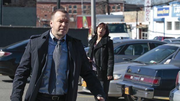 Danny (Donnie Wahlberg, l.) und Baez (Marisa Ramirez, r.) versuchen, Ex-Häftl...