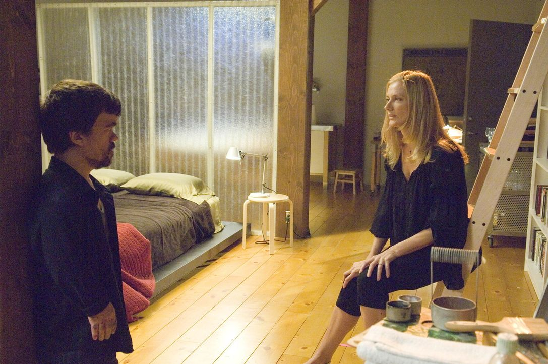 Marlowe (Peter Dinklage, l.) möchte Julia (Joely Richardson, r.) mit einer Beinverlängerung beeindrucken. Doch wie wird Julia mit dieser Nachricht... - Bildquelle: TM and   2004 Warner Bros. Entertainment Inc. All Rights Reserved.