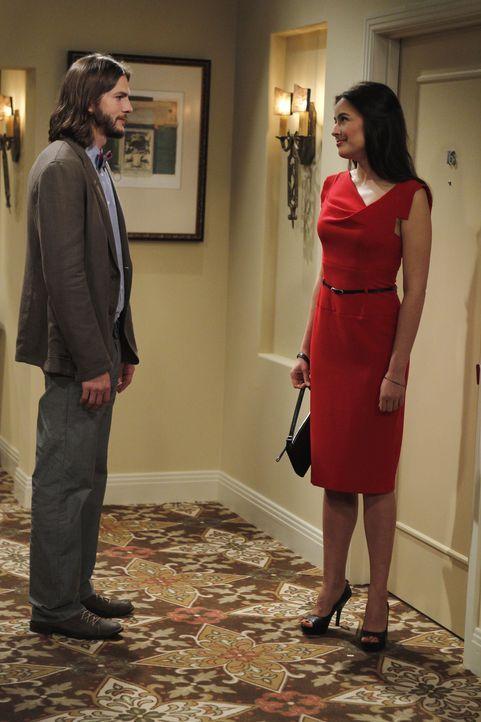 Bei ihrem Date erkennt Zoey (Sophie Winkleman, r.) sofort, dass Walden (Ashton Kutcher, l.) noch in seine Exfrau Bridget verliebt ist, und lässt ihn... - Bildquelle: Warner Brothers Entertainment Inc.