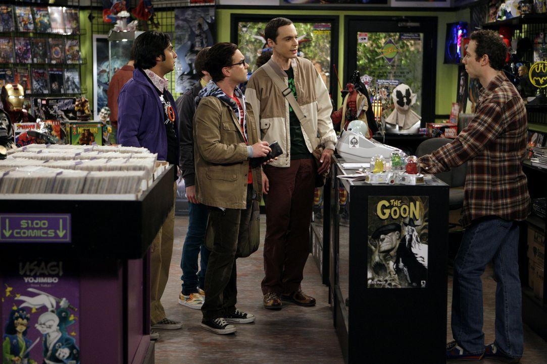 Die berühmte Comiclegende Stan Lee gibt eine Autogrammstunde in Stuarts (Kevin Sussman, r.) Comicbuchladen. Leonard (Johnny Galecki, M.), Sheldon (... - Bildquelle: Warner Bros. Television