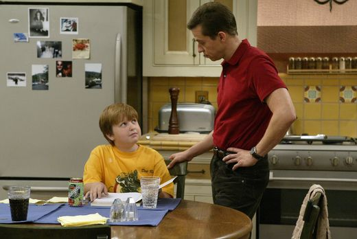 Two and a Half Men - Alan (Jon Cryer, r.) will seinem Sohn Jake (Angus T. Jon...
