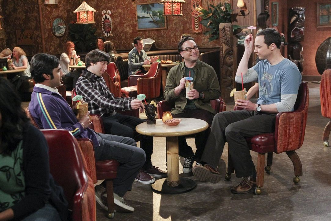 Männerabend: Howard (Simon Helberg, 2.v.l.), Leonard (Johnny Galecki, 2.v.r.), Raj (Kunal Nayyar, l.) und Sheldon (Jim Parson, r.) ... - Bildquelle: 2016 Warner Brothers