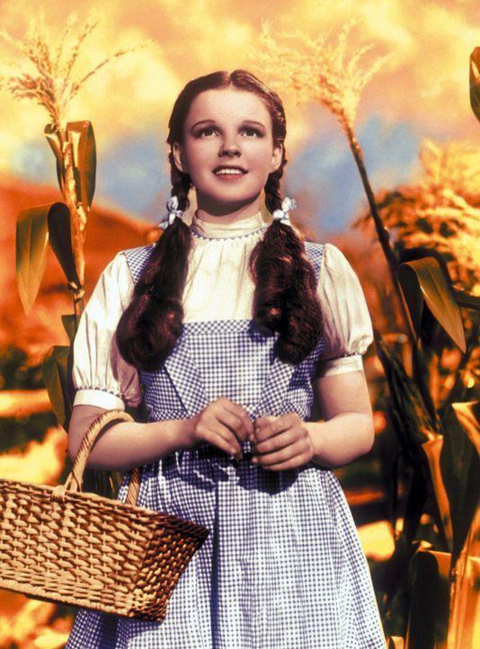 Die kleine Dorothy (Judy Garland) aus Kansas kommt in das Land Oz hinter dem Regenbogen, dem schon immer ihre Sehnsucht galt, und erlebt im Wunderla... - Bildquelle: Warner Bros.