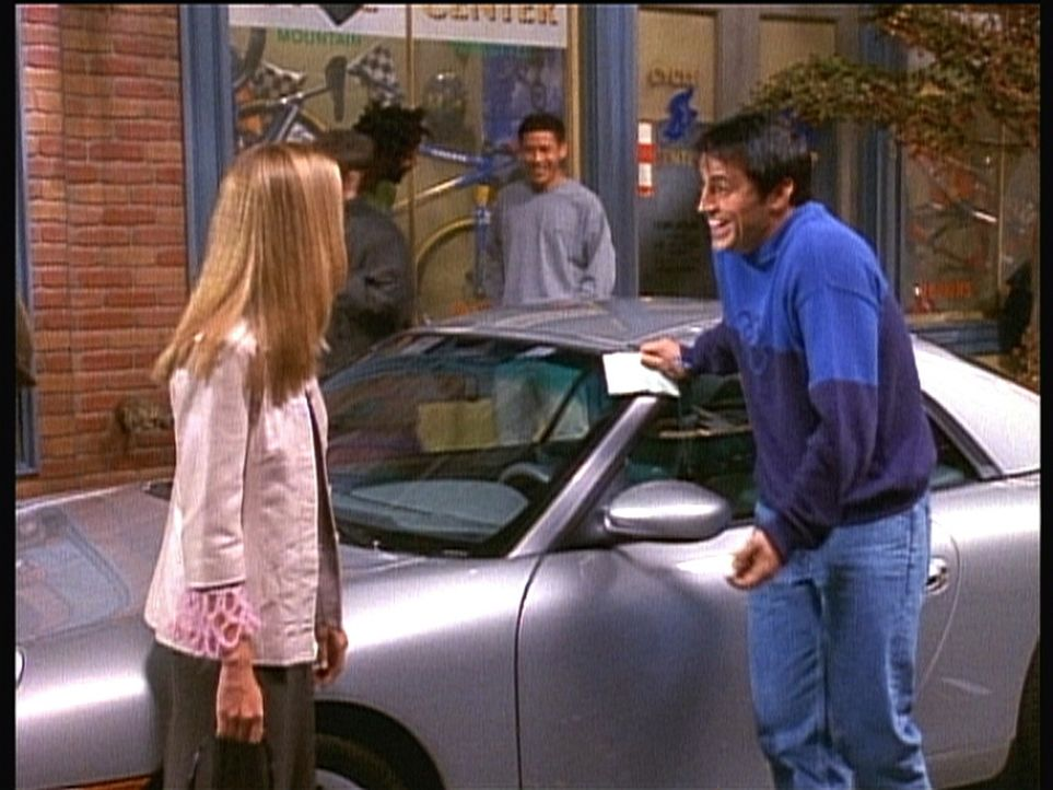 Seit Joey (Matt LeBlanc, r.) für einen Porsche-Besitzer gehalten wird, lernt er tolle Frauen kennen. - Bildquelle: TM+  2000 WARNER BROS.