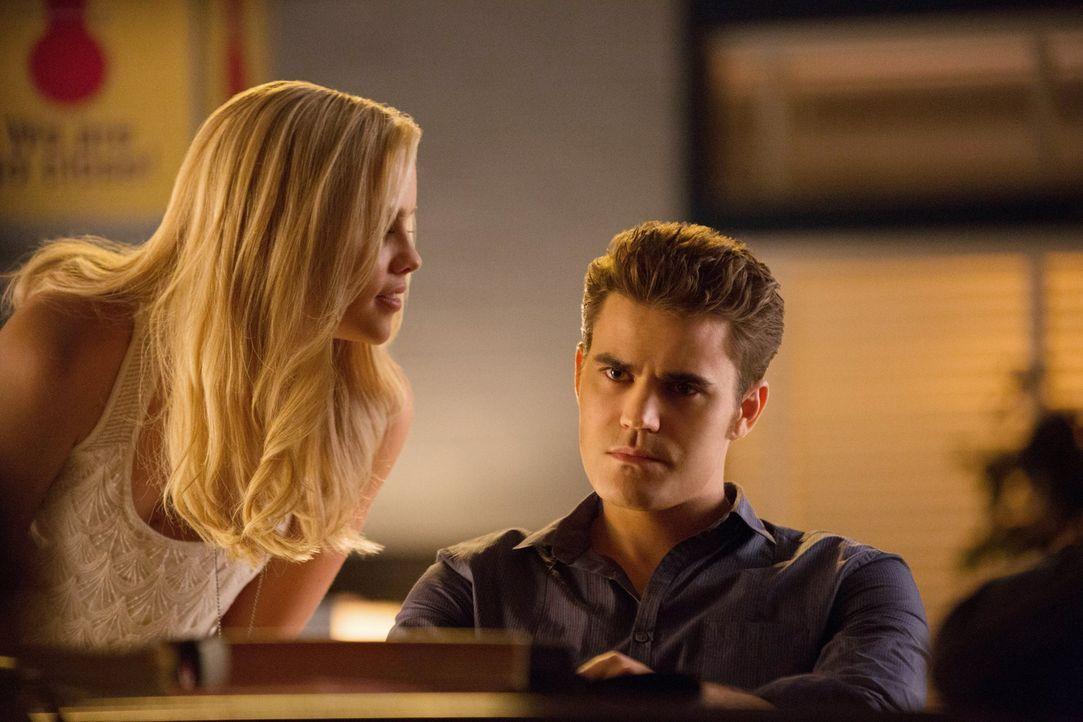 Rebekahs (Claire Holt, l.) Angebot würde Stefan (Paul Wesley, r.) nur zu gerne annehmen, aber so leicht will sie es ihm dann doch nicht machen ... - Bildquelle: Warner Brothers
