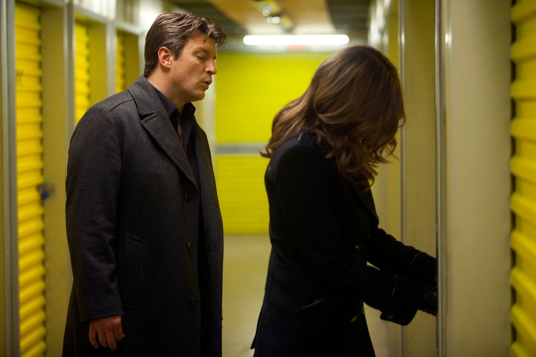 Ihre Ermittlungen führen Richard Castle (Nathan Fillion, l.) und Kate Beckett (Stana Katic, r.) zu Lagerräumen in der Stadt. Was erwartet sie hinter... - Bildquelle: 2011 American Broadcasting Companies, Inc. All rights reserved.