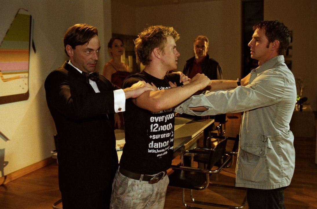 Der betrunkene Dirk Bronnen (Tobias Retzlaff, M.) wird von Adrian Grosser (Peter Benedict, l.) zurückgehalten, als er Tom (Steven Merting, r.) plötz... - Bildquelle: Claudius Pflug Sat.1