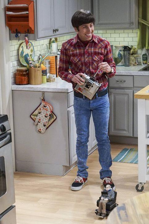 Howard (Simon Helberg) ist offenbar der einzige, der von seinem selbstgebastelten Spielzeugreplikat des weltberühmten Astrophysikers begeistert ist... - Bildquelle: 2016 Warner Brothers