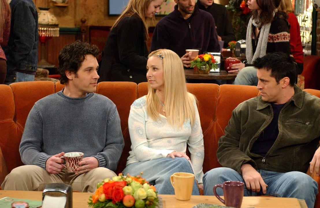 Joey (Matt LeBLanc, r.) kann die Diskussion von Phoebe (Lisa Kudrow, M.) und Mike (Paul Rudd, l.) über ihren neuen Nachnamen nicht verstehen ... - Bildquelle: 2003 Warner Brothers International Television