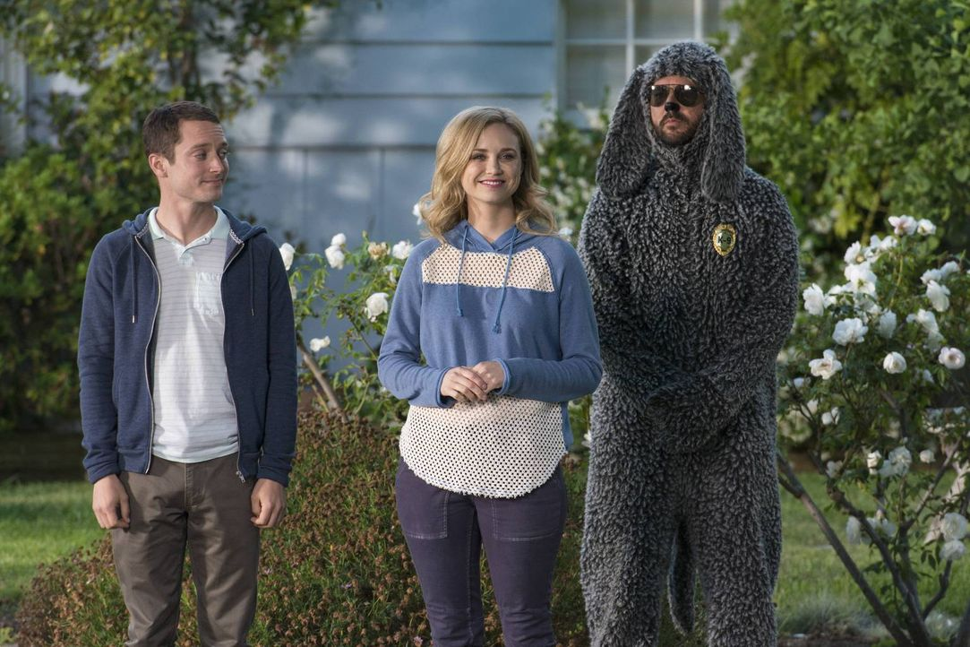 Während Ryan (Elijah Wood, l.) versucht, Jenna (Fiona Gubelmann, M.) von der Sicherheit der Wohngegend zu überzeugen, will Wilfred (Jason Gann, r.)... - Bildquelle: 2013 Bluebush Productions, LLC. All rights reserved.