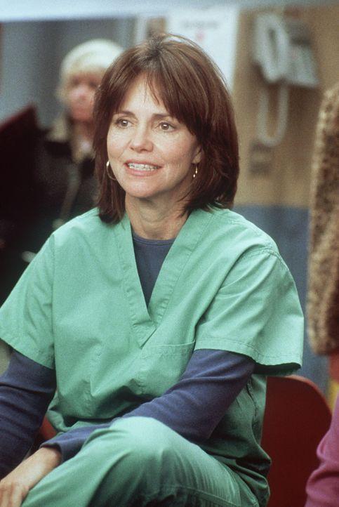 Maggie (Sally Field) hat sich vorgenommen, so lange auszuharren, bis ihre Tochter Abby mit ihr redet. - Bildquelle: TM+  2000 WARNER BROS.