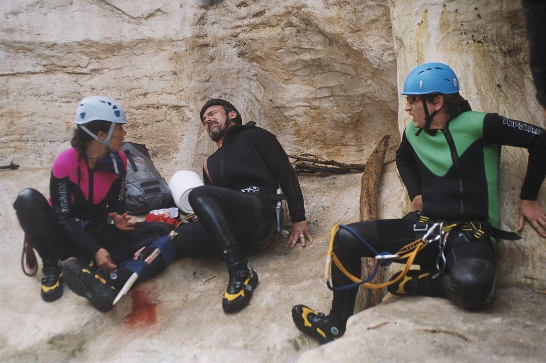 Ein Gruppenausflug in einen Canyon bringt die verfeindeten Büroangestellten in eine lebensgefährliche Situation: Chef Charles (Eric Savin, M.) bri... - Bildquelle: 2006 Les Films Manuel Munz - Entre Chien et Loup - Okko Production - M6 Films - Araneo Belgium
