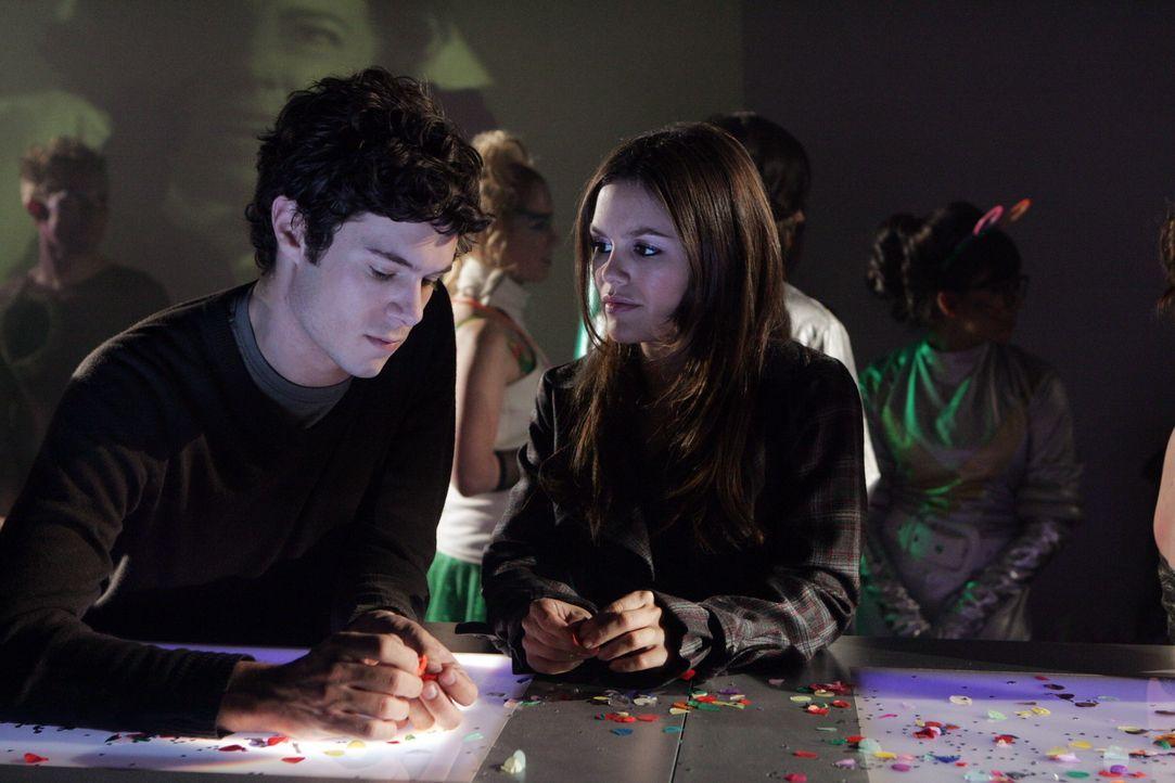 Summer (Rachel Bilson, r.) verdirbt Ryan und Taylor den romantischen Kurztrip, als sie Seth (Adam Brody, l.) damit konfrontiert, dass er nichts für... - Bildquelle: Warner Bros. Television