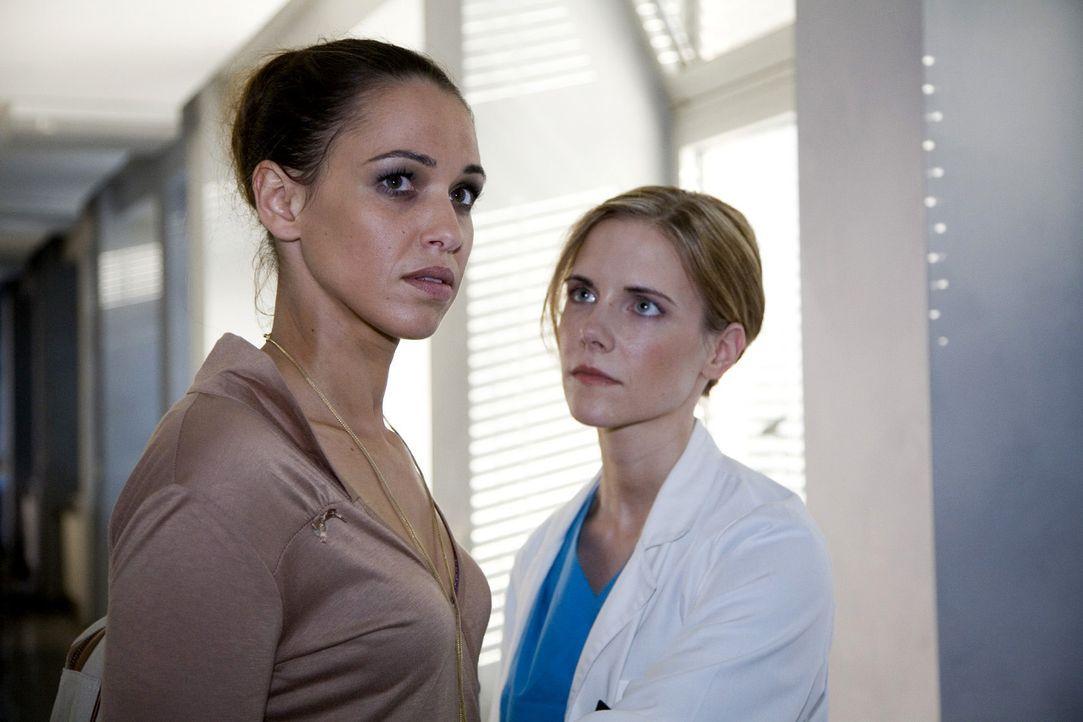 Anna (Nadine Brandt, l.) taucht unverhofft bei Luisa (Jana Voosen, r.) in der Klinik auf und macht ihr Vorwürfe. - Bildquelle: Mosch Sat.1