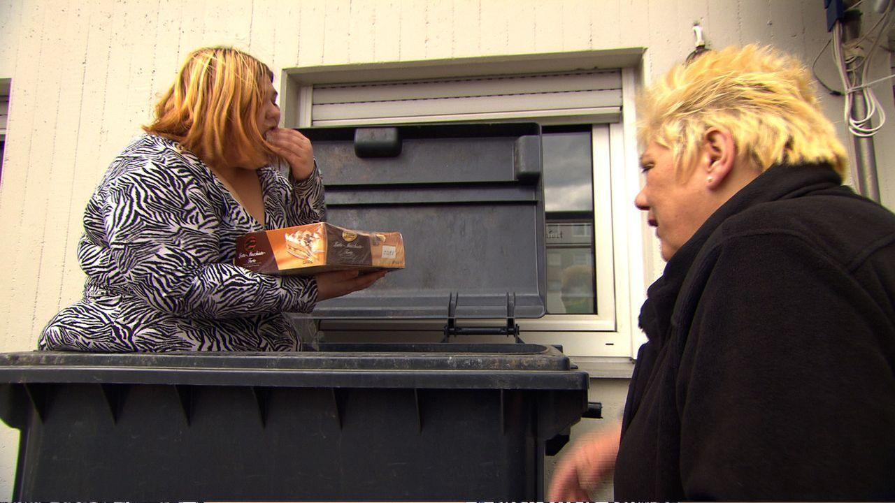 Doris (r.) ist mehr als schockiert als ihre Nichte Eileen (l.) in der Mülltonne nach etwas Essbarem sucht ... - Bildquelle: SAT.1