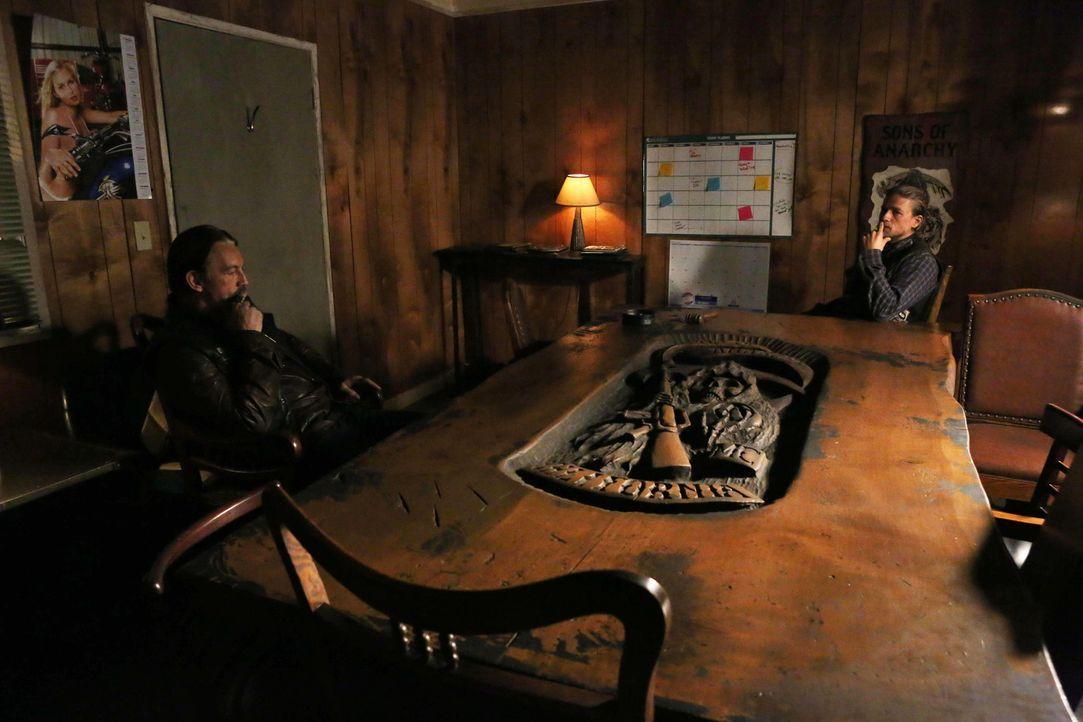 Die Situation mit Bobby ist verzwickt. Sollten Jax (Charlie Hunnam, r.) und Chibs (Tommy Flanagan, l.) ihn nicht bald befreien, wird die Wahrscheinl... - Bildquelle: Prashant Gupta 2013 Twentieth Century Fox Film Corporation and Bluebush Productions, LLC. All rights reserved.