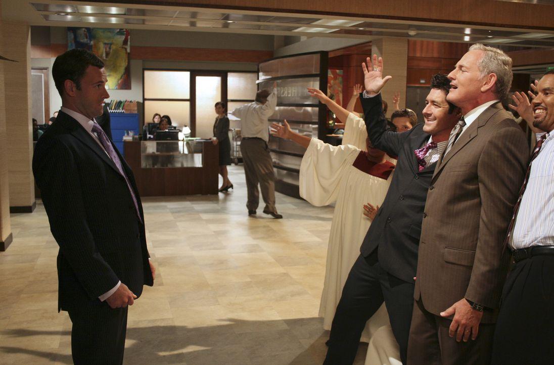 Eli (Jonny Lee Miller, l.) kann zunächst nicht fassen, was er in der Kanzlei sieht. Sein Boss Jordan (Victor Garber, r.) steht inmitten von mexikani... - Bildquelle: Disney - ABC International Television