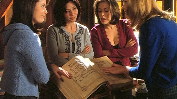 Die drei Schwestern, Piper (Holly Marie Combs, l.), Prue (Shannen Doherty, 2....