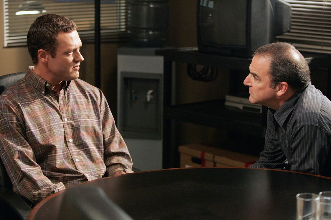 Gideon (Mandy Patinkin, r.) verhört den Mill Creek-Killer (Jason O'Mara, l.), um Hintergründe seiner Tat zu erfahren ... - Bildquelle: Touchstone Television