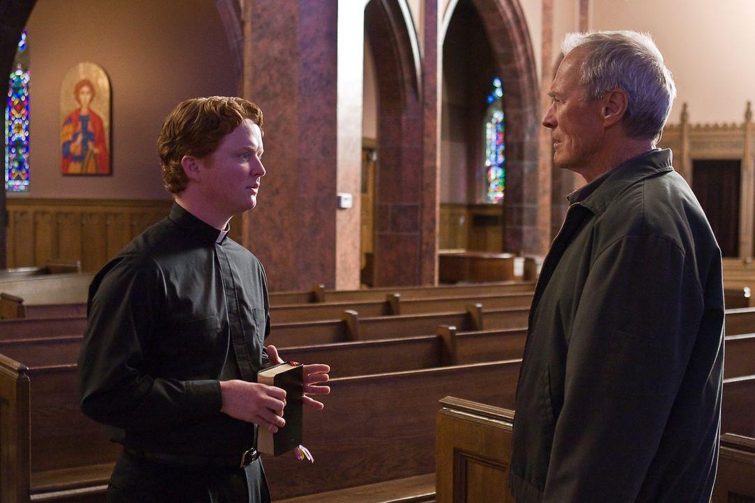 Nach dem Tod von Walt Kowalskis (Clint Eastwood, r.) Ehefrau will sich Vater Janovich (Christopher Carley, l.) um den alten Grantler kümmern. Doch W... - Bildquelle: Warner Bros
