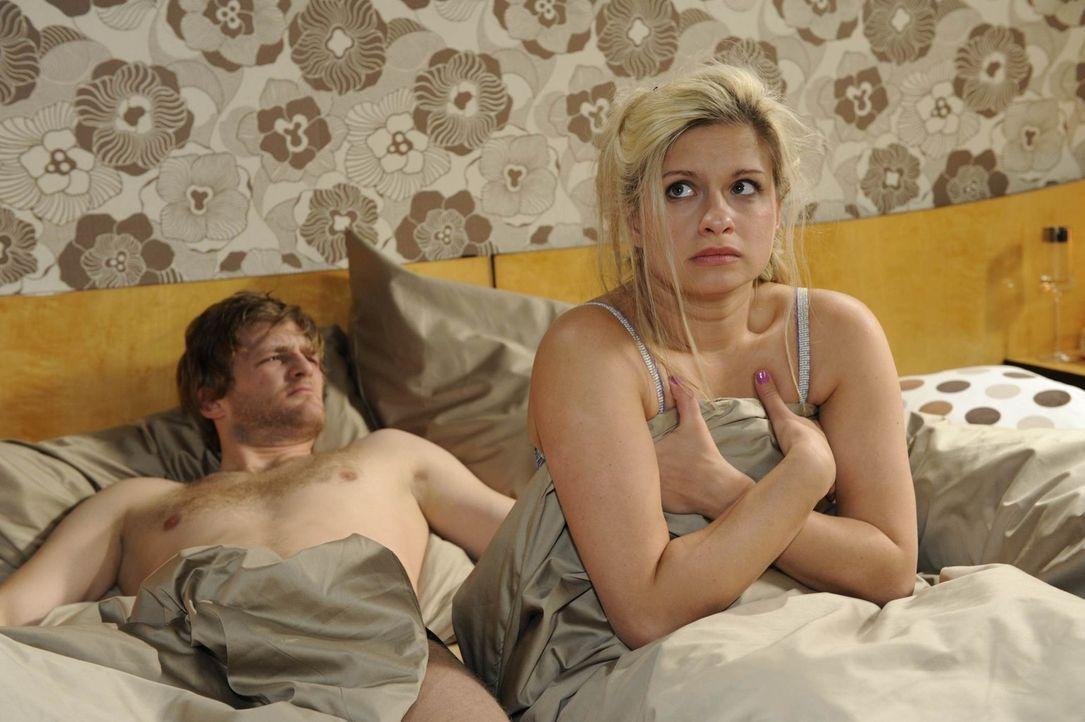 Mia (Josephine Schmidt, r.), die die Schnauze von der Liebe gestrichen voll hat, gibt Julian (Bo Hansen, l.) eine Abfuhr, doch ganz offensichtlich h... - Bildquelle: SAT.1
