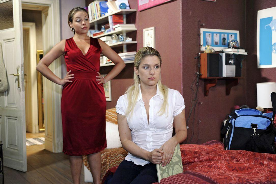 Katja (Karolina Lodyga, l.) ist es mehr als recht, dass Anna (Jeanette Biedermann, r.) nach Hamburg geht. - Bildquelle: Oliver Ziebe Sat.1
