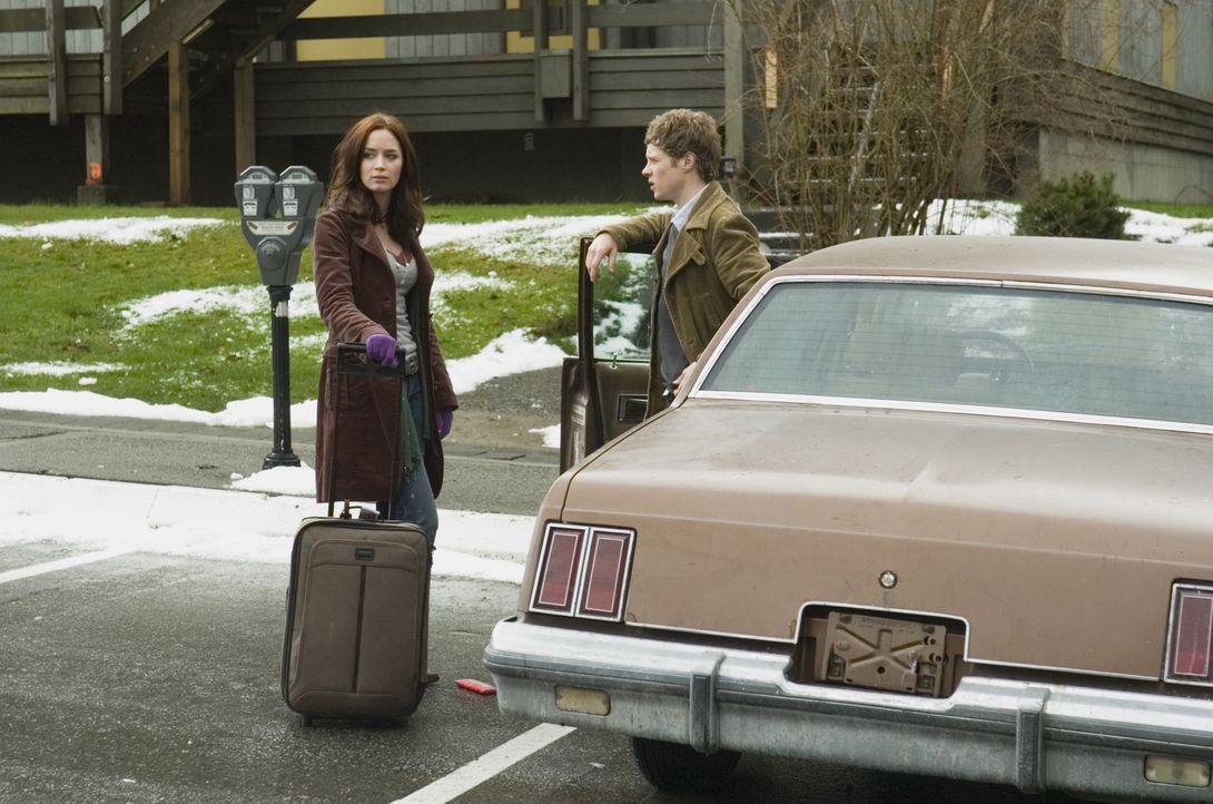 Ihr Mitstudent und Fahrer (Ashton Holmes, r.) ist der Studentin (Emily Blunt, l.) zunächst nicht ganz geheuer - er scheint mehr über sie zu wissen,... - Bildquelle: 2007 TriStar Pictures, Inc. All Rights Reserved.