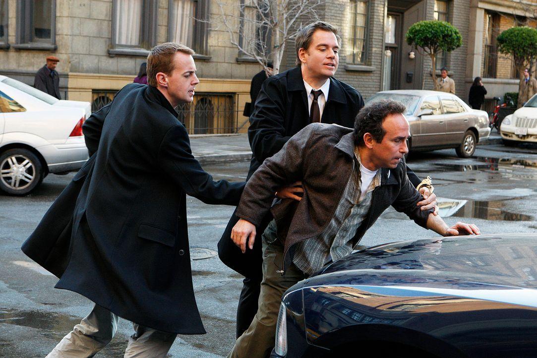 McGee (Sean Murray, l.) und Tony (Michael Weatherly, M.) versuchen, einen Mordfall aufzuklären. Doch haben sie in Marine Major Gordon Holcomb (Micha... - Bildquelle: CBS Television