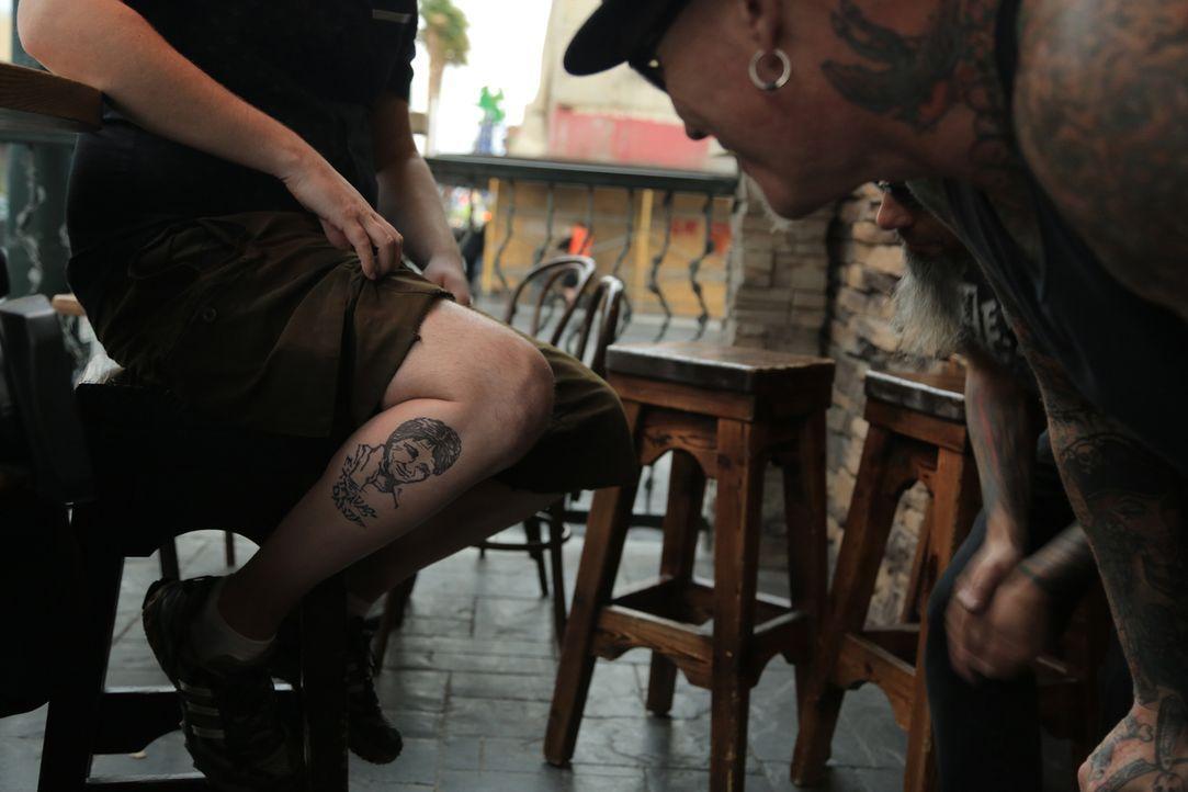 Ruckus und Dirk haben schon viele schlechte Tattoos gesehen, doch dann treffen sie Jordan, der seiner 80er Jahre Tätowierung sehr viel Alkohol und e... - Bildquelle: 2013 A+E Networks, LLC