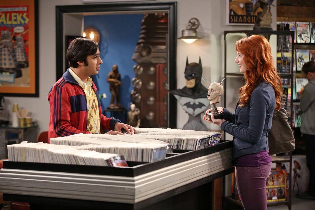 Während seine Freundin Emily (Laura Spencer, r.) auf gruselige Gimmicks steht, möchte Raj (Kunal Nayyar, l.) eigentlich langweilig bleiben - vor all... - Bildquelle: Warner Bros. Television