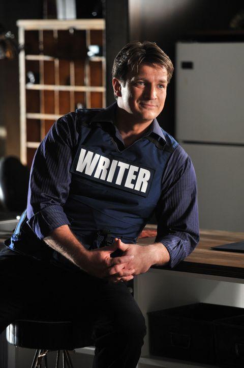 Obwohl es ihm sehr schwer fällt, versucht Castle (Nathan Fillion) locker zu bleiben. Beckett steht auf einer Bombe, die bei jeder kleinen Bewegung h... - Bildquelle: ABC Studios