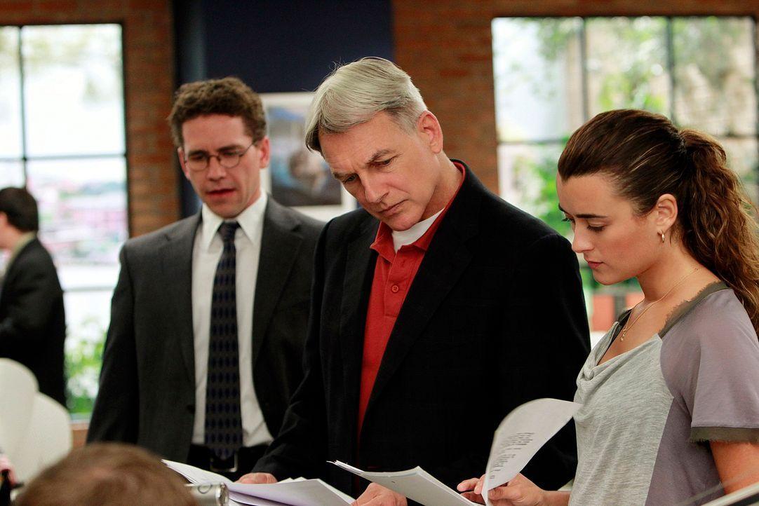 Ermitteln in einem neuen Fall: Gibbs (Mark Harmon, M.), Ziva (Cote de Pablo, r.) und Jimmy Palmer (Brian Dietzen, l.) ... - Bildquelle: CBS Television